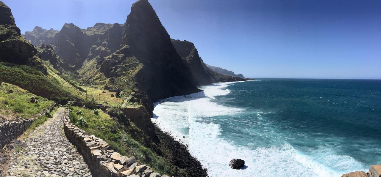 Falaises du littoral nord de l'île de Santo Antão, sentier à travers une nature authentique, jusqu'au village pittoresque de Cruzinha