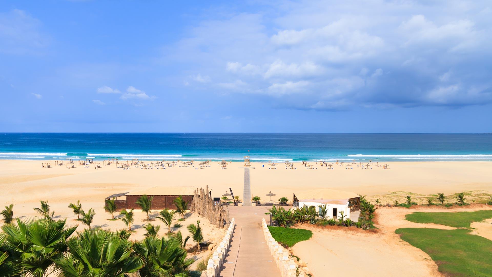 Plages de sable fin, eaux au bleu limpide, paysage sauvage, l'île de Boa Vista, nouvel Eldorado du tourisme balnéaire et nautique au Cap-Vert