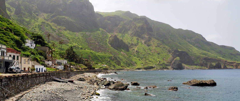 Le relief de l'île de Brava est accidenté, avec son point culminant, Monte Fontainhas et sa côte très découpée, ce qui permit la formation d'une multitude de petites baies et une végétation luxuriante