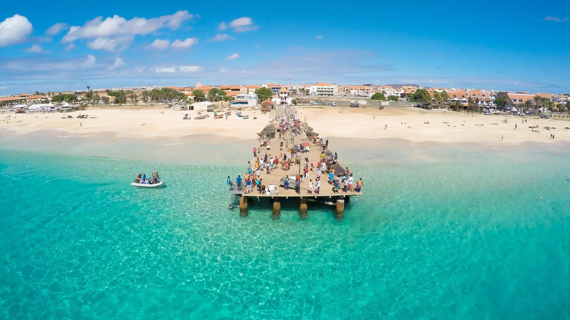 Considérée comme l'une des plus belles plages du Cap-Vert, la Baie de Santa Maria, lieu de villégiature par excellence pour les amoureux du balnéaire et des sports liés à la mer