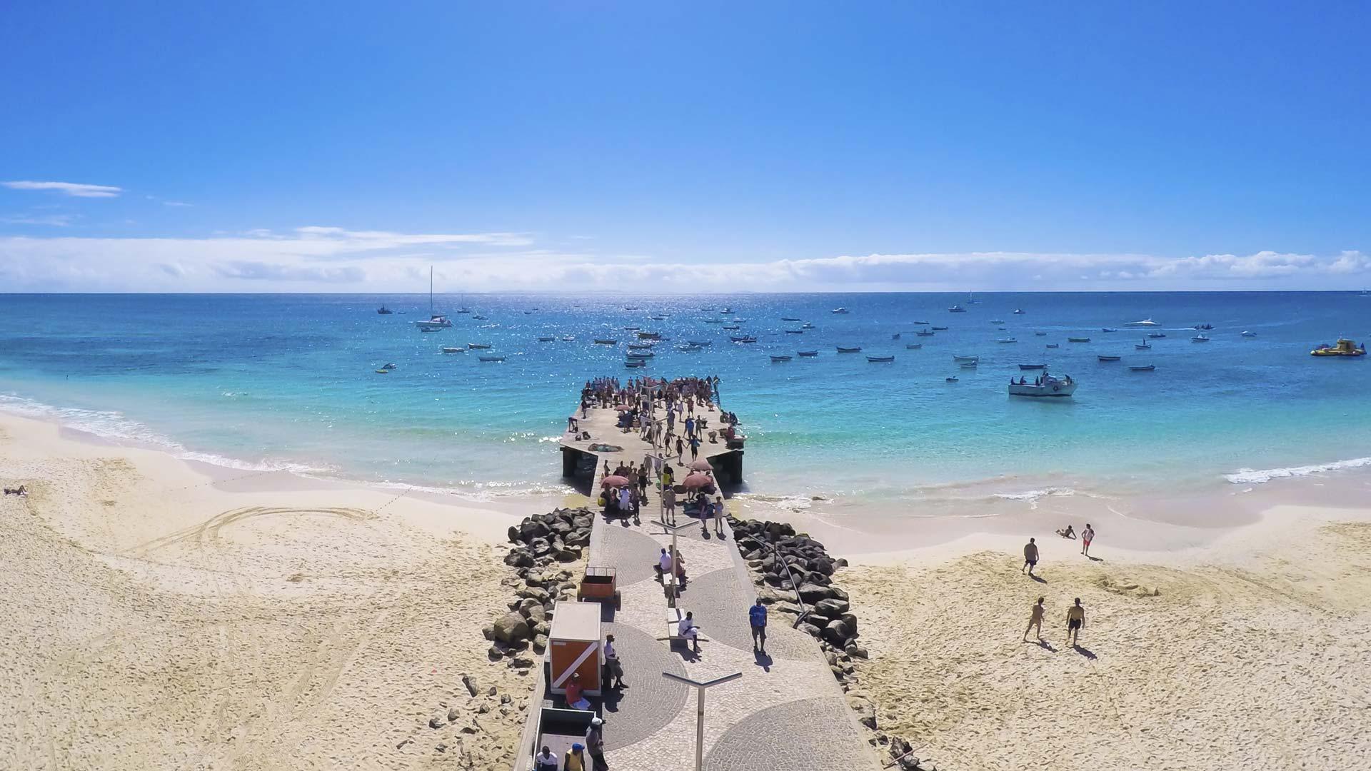 Fameux ponton en bois de Santa Maria, d'où regardent les pêcheurs cap verdiens, ville typique, mais la plus animée et touristique de l'île.