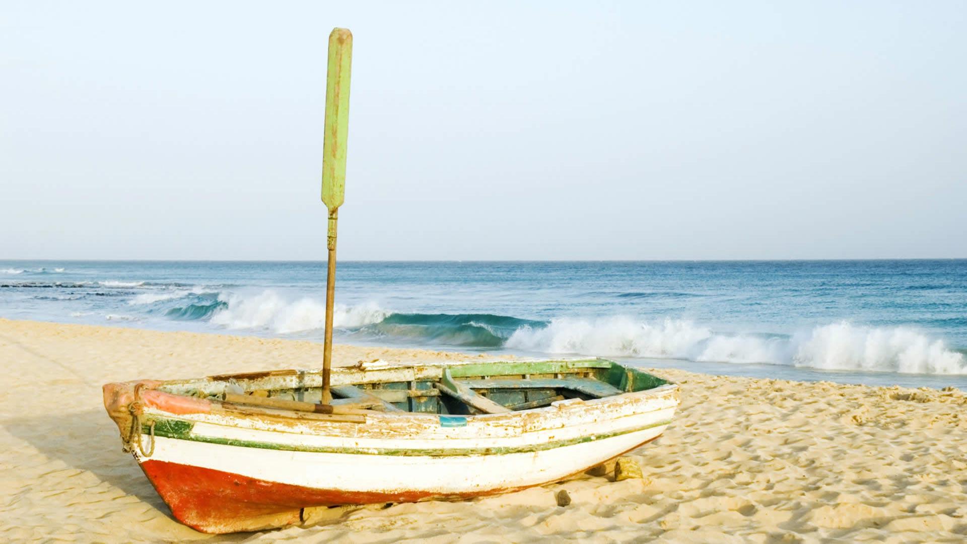 Plages sauvages, îles montagneuses et volcaniques tourmentées, désert, végétation luxuriante, un pays envoûtant, un peuple ouvert et chaleureux, une culture ancestrale teintée de musique et de fête... au Cap-Vert