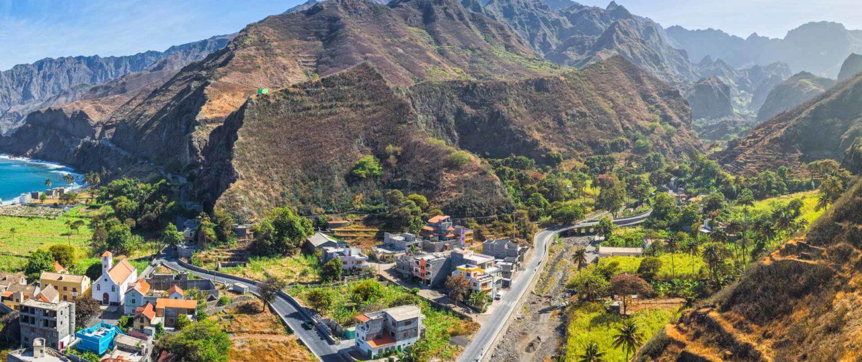 Île de Santo Antão, d'origine volcanique au relief marqué par des vallées profondes et sommets abrupts (son point culminant, Topo da Coroa atteint les 1979 mètres) est un véritable paradis pour les amoureux de randonnées