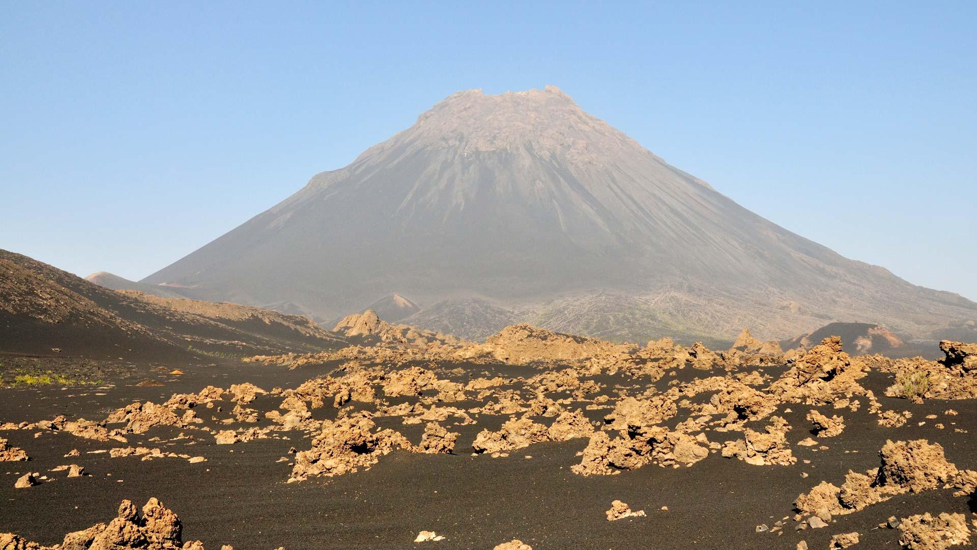 Cratère du volcan de Fogo formé par l'éruption de 2014, un paysage multicolore aux températures élevées et à la forte odeur de soufre