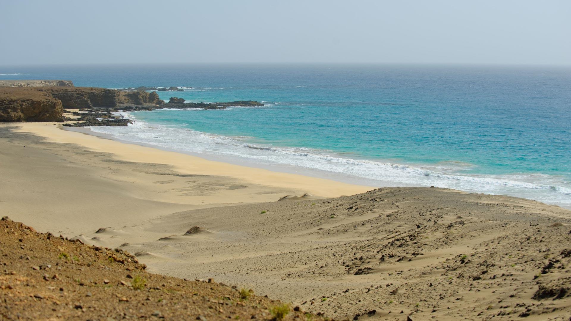 Petite île isolée idéale pour apprécier les vastes étendues de sable blanc, les eaux cristallines, le parc forestier le plus grand de l'archipel du Cap-Vert