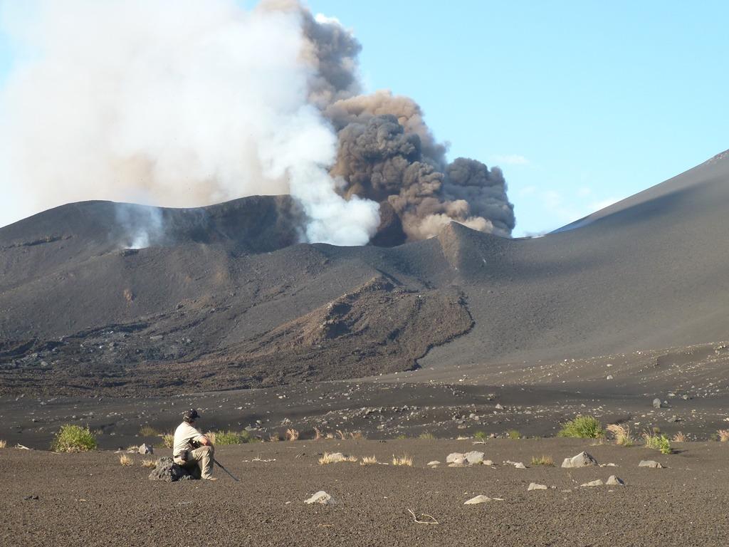Accompagné d'un guide spécialisé, randonnée jusqu'au cratère de l'île de Fogo formé par l'éruption de 2014