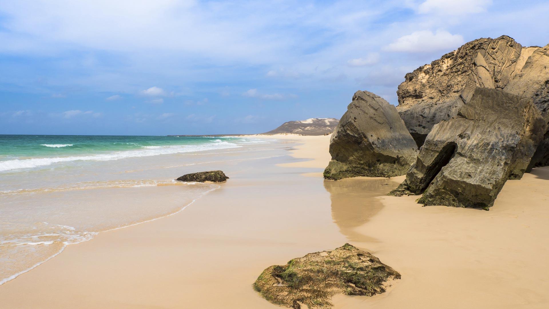 Paysages désertiques, oasis verts, plages de sable fin ou galets blancs, eau turquoise, toute la beauté des îles du Cap-Vert