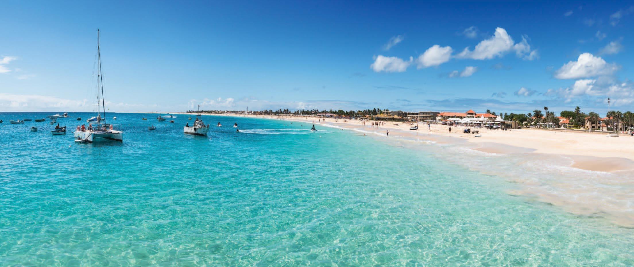 Promenade en voilier en longeant la côte de l'île de Sal, incluant un déjeuner typique à bord et la pratique du snorkeling et de la pêche