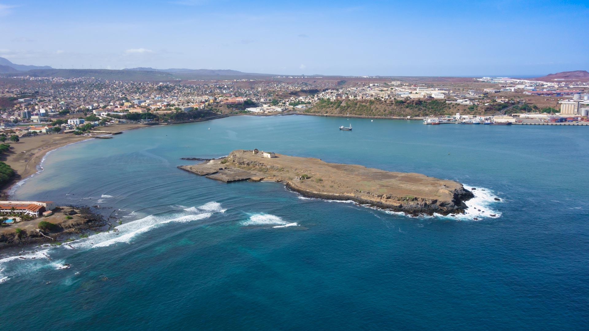 Capitale de l'île de Santiago et surtout l'archipel du Cap-Vert, Praia est la plus grande ville du pays mais aussi la plus peuplée, à ne pas manquer le marché africain de Sucupira