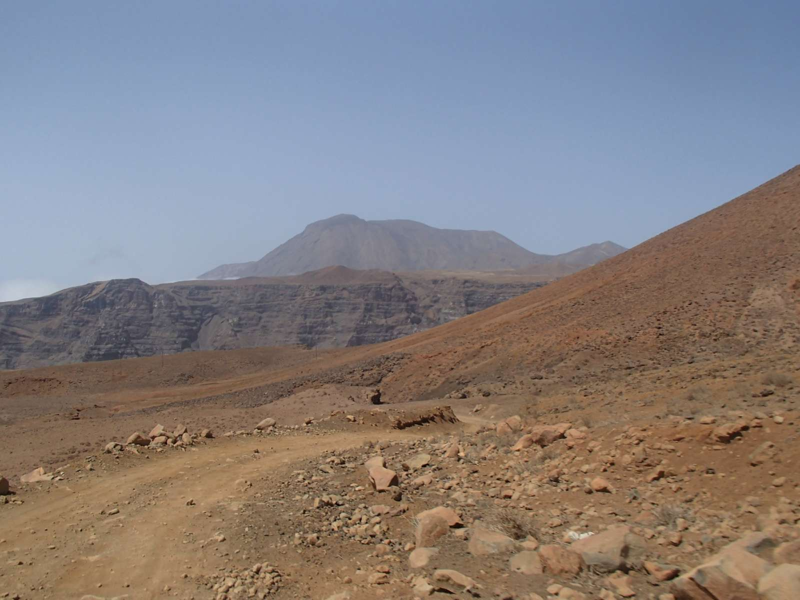Excursion en 4x4 à travers les pistes, départ vers Tarrafal puis promenade à bord d'une barque traditionnelle jusqu'à Monte Trigo et randonnée à travers la lave jusqu'à Topo de Coroa