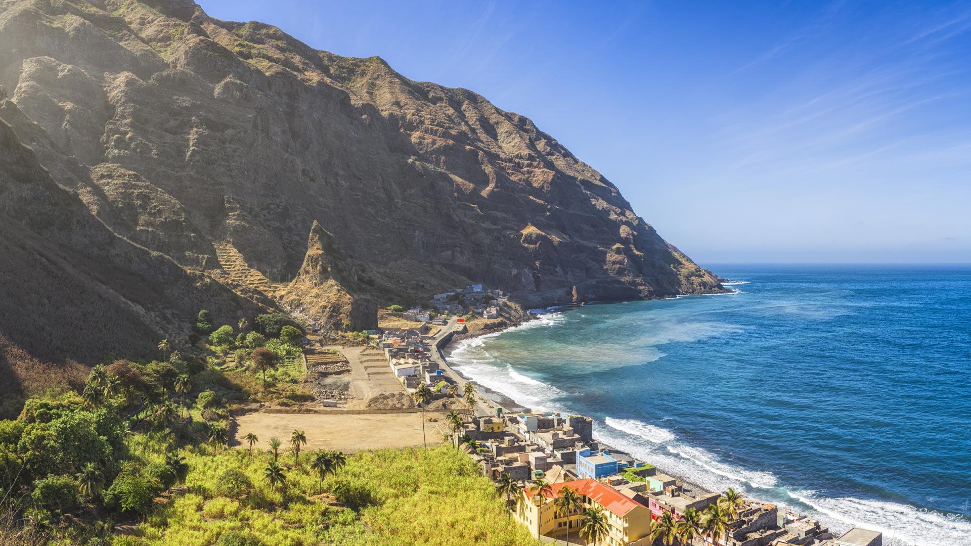 Île de Santo Antão, d'origine volcanique au relief marqué par des vallées profondes et sommets abrupts et d'une végétation dense