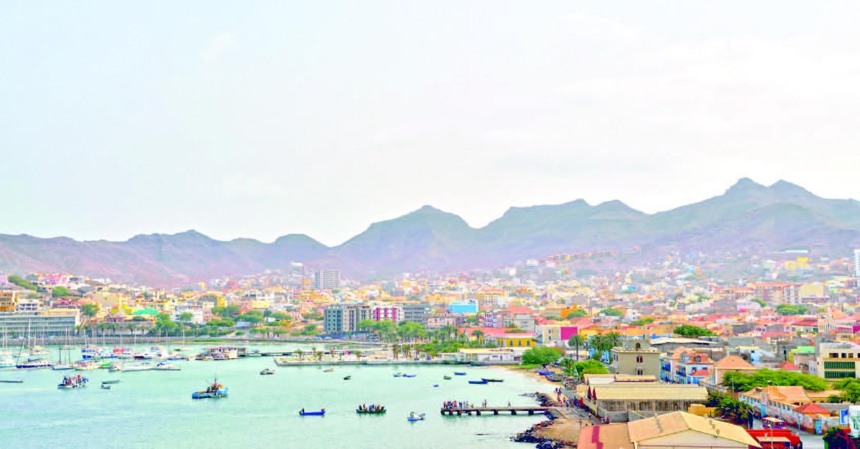 Découverte de Mindelo, la capitale culturelle du Cap-Vert à travers la musique, les arts graphiques, les marchés et la gastronomie, les us et coutumes du peuple capverdien