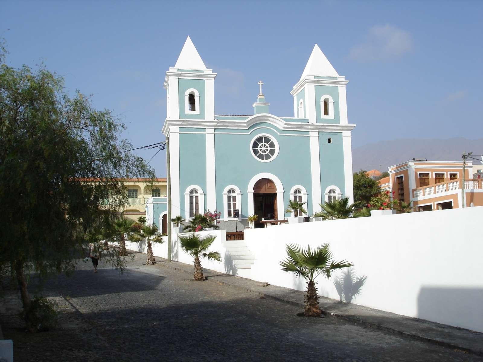 Excursion entre l'icône de l'île, le volcan Pico de Fogo, Mosteiros et son centre historique, les Salines de São Jorge et de Porto Natural de Lavas et des eaux cristallines qui baignent une petite plage de sable noir