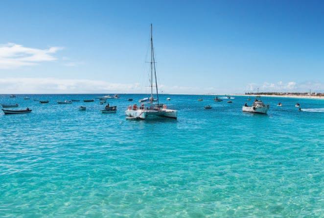 Sur un catamaran à la découverte de la côte ouest de l'île de Boa Vista en passant par l'îlot de Sal Rei jusqu'au large de la Baie de Chaves